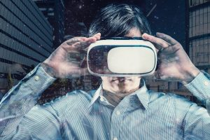 VR体験をする男性