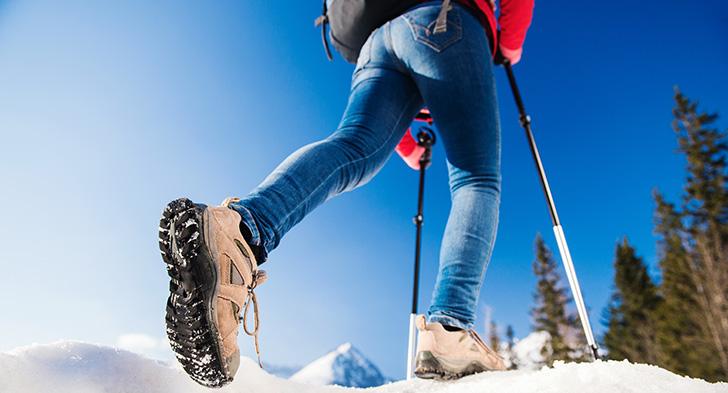 雪山を歩く人