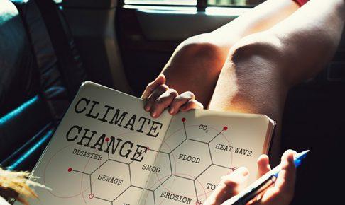 気候変動の勉強をする人